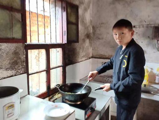 中國大陸,恐怖詛咒!6歲慘遭「石頭爆頭」 34歲男「終身長不大」(圖/翻攝自微博)