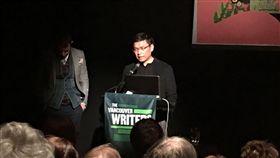 以長篇小說「單車失竊記」入圍「曼布克國際獎」(The Man Booker International Prize)的作家吳明益(後右)在當地時間25日晚間出席溫哥華作家節舉行的「吳明益的奇想世界」講座,與當地文學愛好者分享他的創作世界。(駐洛杉磯台北經濟文化辦事處台灣書院提供)中央社記者陳政偉傳真 108年10月28日