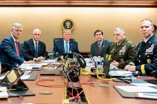 白宮27日公布美國總統川普(左3)與副總統彭斯(左2)和軍事及國安高層官員觀看美軍突襲伊斯蘭國首領巴格達迪行動進展的照片。(圖取自twitter.com/WhiteHouse)