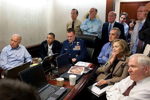 2011年5月2日美國海豹部隊狙殺蓋達組織首腦賓拉登,時任總統歐巴馬(左2)與國務卿希拉蕊(前右2)等高官齊聚白宮戰情室,留下重要歷史鏡頭。(圖取自維基共享資源,版權屬公有領域)