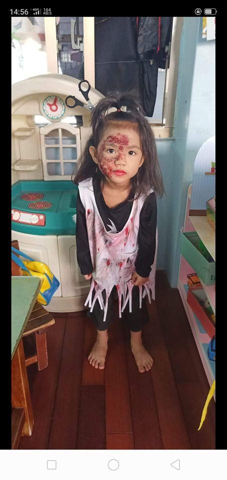 女兒自己要求扮超恐怖女鬼 手捧頭嚇死網友(圖/翻攝自爆廢公社臉書)