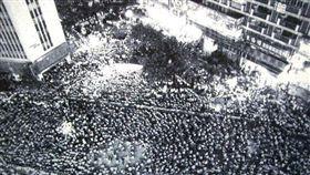 30年前無殼蝸牛聯盟抗議房價高長,號召5萬人夜宿忠孝東路。(圖/無殼蝸牛聯盟提供)