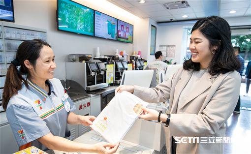 蝦皮X小七推出環保寄物袋。(圖/記者馮珮汶攝)