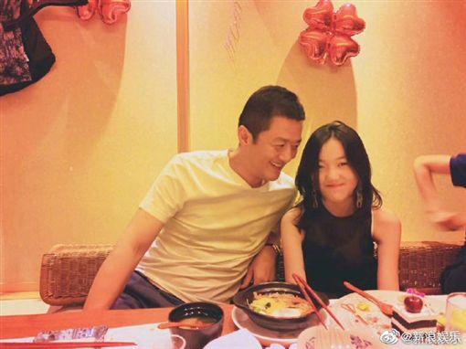李亞鵬與愛女李嫣感情好。(圖/翻攝自新浪微博)