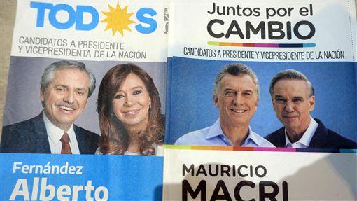 阿根廷大選激烈  貝隆黨大勝此次阿根廷大選儼然成中產階級與貝隆黨的對決。基西納派的艾柏托(左邊圖片左1)聯手擁有非常多貝隆主義死忠支持者的前總統費南德茲(左邊圖片右1),以48%得票率擊敗現任總統馬克里(右邊圖片左1)。中央社記者汪碧治布宜諾斯艾利斯攝 108年10月28日