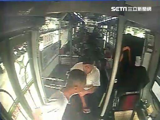 台北市林姓男子在公車上怒踹溫姓女乘客,江姓司機不願開門讓他下車,雙方爆發激烈拉扯衝突(翻攝畫面)