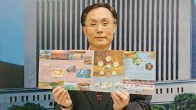 400元把台江國家公園套幣帶回家 11/7公開發售中央銀行發行局局長施遵驊介紹「台灣國家公園采風系列-台江國家公園」套幣的特色。中央社記者潘姿羽攝 108年10月29日