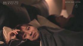日本電視台TBS近期推出一檔「戀愛實境節目」《雙人床DOUBLE BED》,第一期請來25歲當紅演員犬飼貴丈,在節目中與一名激似日本女星新垣結衣的素人「上床」,扮演「7日戀人」。(圖/翻攝自royenevergi royenevergi YouTube)