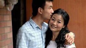 23歲男娶46歲阿姨!母子戀恩愛閃婚 3年後現況曝光…(圖/翻攝自微博)
