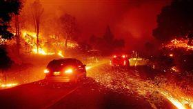 北加州舊金山灣區以北的金凱德野火發生至今,焚毀7萬4000英畝土地,被要求撤離人數近20萬。(圖/中央社/美聯社提供)