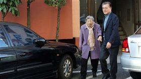 南韓總統文在寅的母親姜韓玉(左)29日與世長辭,享耆壽92歲。(韓聯社提供)