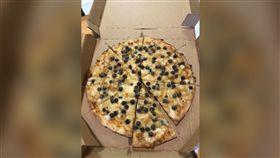 超夯珍珠披薩!尪狂吃4片急拿鹹食解膩 曝口感引網正反熱(圖/翻攝自爆廢公社)