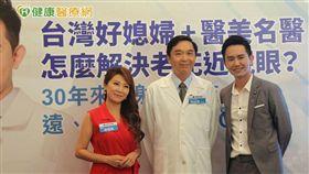 鏡頭前展露自信微笑,「台灣好媳婦」李佩甄、醫美名醫王祚軒夫婦二人近期接受了飛秒老花近視雷射,終於擺脫多年近視困擾,對術後成果相當滿意。
