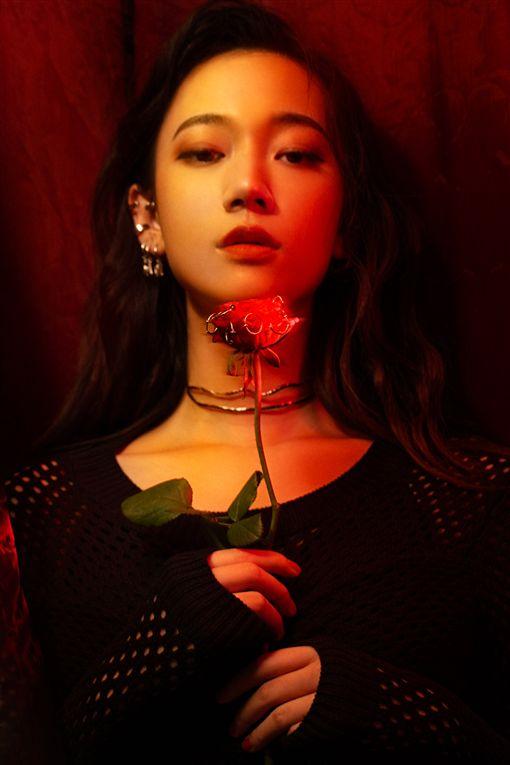 「鄉民老婆」Julia吳卓源,推出她個人第三張專輯《5am》(華風數位提供)