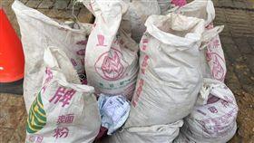 土石包被當垃圾堆!竟撿到「網購單」…工地妹:亂丟還留名(圖/翻攝自爆怨公社)