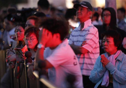 位於日本南部沖繩的世界文化遺產「首里城」宮殿31日清晨發生大火,當地市民關注火災情況。(中央社)