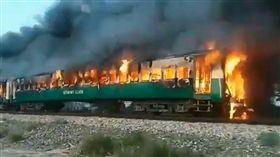 (圖/翻攝自推特)巴基斯坦,火車,爆炸,瓦斯罐