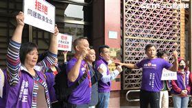 安定力量成員赴台北地檢署按鈴提告台北大學校慶中,扯下國旗的學生。(圖/記者楊佩琪攝)