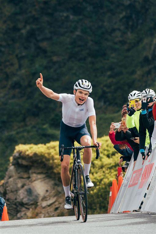 外國人墳墓當「龍椅」豪邁坐 台灣單車比賽勇奪冠軍圖翻攝自交通部觀光局