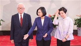 總統宣布APEC領袖代表(3)今年亞太經濟合作會議(APEC)經濟領袖會議,11月16、17日將在智利聖地牙哥舉行,總統蔡英文(中)14日上午宣布由台積電創辦人張忠謀(左)再度出任領袖代表。右為張忠謀妻子張淑芬。中央社記者吳家昇攝 108年10月14日