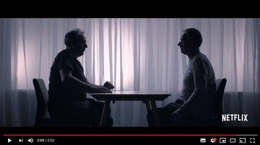 上鎖櫃塞滿情趣用品!雙胞胎整理母遺物 揭開「暗黑秘密」(圖/翻攝自Netflix YouTube)