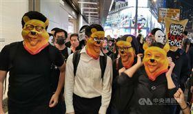 香港「反送中」網友趁著31日西洋萬聖節之際在晚間發起集會遊行,並戴著各式造型面具。中央社記者張謙香港攝 108年10月31日