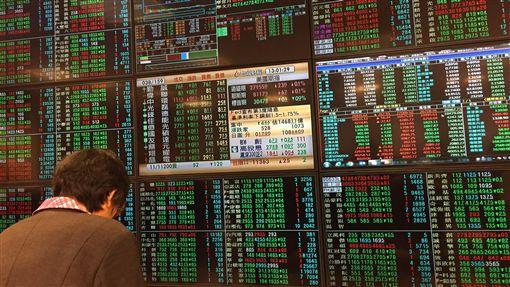 美國降息藏2大隱憂  學者:明年挑戰不比今年少美國降息激勵金融市場表現,不過中經院、台經院點出背後2大隱憂,一是全球經濟走緩,美中兩大經濟體也往下走,台灣恐難一枝獨秀,其次,全球吹起降息風,台灣雖無跟進必要,但新台幣表現堅挺,恐不利出口競爭力。31日台股小黑收盤。中央社記者郭日曉攝  108年10月31日