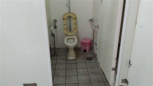 狠!宜蘭下暴雨 母將男嬰亂丟泳池公廁