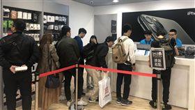 圖/三立新聞網,民眾搶買蘋果福利機