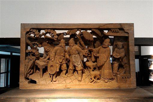 「桃園三結義」木雕,左為關羽,中為劉備,右為張飛。(圖/翻攝維基百科)