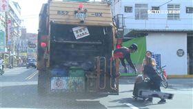 婦衝對街追垃圾車 一個轉身...撞逆向車