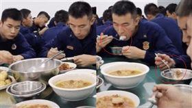 消防員,用餐,筷子,鐵叉,訓練,上海,習俗 圖/翻攝微博
