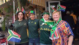 世界盃橄欖球賽南非爭冠 球迷精心打扮加油南非橄欖球隊2日在第9屆世界盃橄欖球賽爭冠。南非民眾穿著球衣,頭插小國旗為國家隊加油。中央社記者徐梅玉約翰尼斯堡攝 108年11月2日