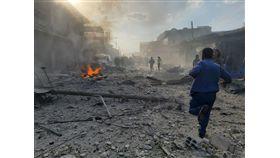 敘利亞邊境城鎮特爾阿布雅德市場2日發生汽車炸彈攻擊,造成13死30傷。敘利亞人權瞭望台組織表示,死傷者包括親土耳其戰士及平民。(安納杜魯新聞社提供)