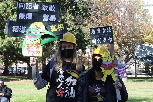美國華府聲援香港組織「DC4HK」2日在拉法葉廣場舉辦集會,響應國際港人發起的「112求援國際,堅守自治」活動。圖為參與民眾手持特製看板為香港打氣。中央社記者徐薇婷華盛頓攝 108年11月3日