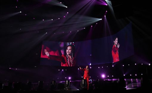台灣歌手楊丞琳2日晚將婚後首個演唱會獻給馬來西亞,心情大好的她不避諱談起李榮浩,最終因歌迷太熱情而開放點唱,卻記不住歌詞而向歌迷借手機求救,可愛舉止樂翻全場。中央社記者郭朝河吉隆坡攝 108年11月3日