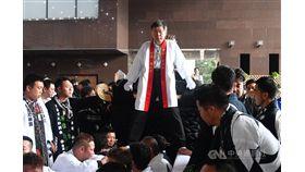 台北市政府觀光傳播局3日在市府前廣場舉辦「日本愛媛縣松山市大神轎來台北撞轎祈福盛典」活動,台北市長柯文哲(中)也登上大神轎參與遊行。中央社記者林俊耀攝 108年11月3日