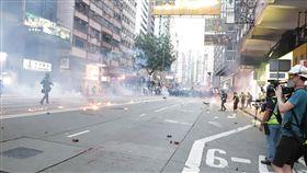 反送中維園集會 港警狂射催淚彈強勢清場香港「反送中」人士申請2日下午在維多利亞公園集會,雖遭警方否決,但仍有大批支持者到場。圖為警方下午4時後,開始在附近街道狂射催淚瓦斯清場。中央社記者張謙香港攝 108年11月2日
