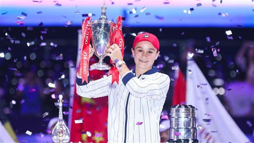 ▲球后巴蒂(Ashleigh Barty)抱走WTA年終賽冠軍。(圖/翻攝自WTAFinals臉書)