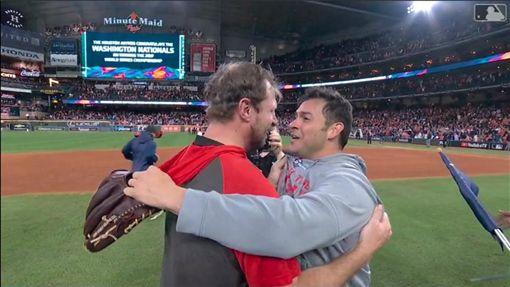 ▲薛澤(Max Scherzer)、桑契斯(Anibal Sanchez)奪冠後開心擁抱。(圖/翻攝自MLB官網)