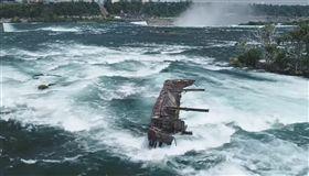 尼加拉公園官方人員指出,受到惡劣天氣影響,一艘於1918年卡在尼加拉河的鐵船日前脫離河床,朝尼加拉瀑布邊緣移動。(圖取自facebook.com/niagaraparks)