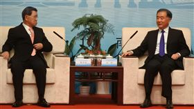 2019兩岸企業家紫金山峰會4日在南京登場,開幕前,中國全國政協主席汪洋(右)會見峰會台灣方面理事長蕭萬長(左)為首的兩岸企業家代表。中央社記者張淑伶南京攝 108年11月4日