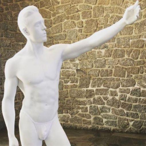 雕像被穿內褲。(圖/翻攝自Pimienta▼Sánchez推特)https://twitter.com/PimientaSnchz/status/1189113700596224005/photo/4