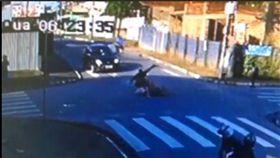 巴西發生街頭凶殺案,兄妹遇凶手襲擊,妹妹身中數刀當場身亡。(圖/翻攝自YouTube)
