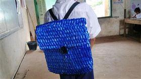 柬埔寨暖爸為兒手編尼龍書包。(圖/翻攝自臉書)