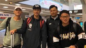 猿隊翁瑋均(左2)、張喜凱(左1)、投手教練曾翊誠(右2)前往日本隨樂天金鷲秋訓(翻攝自桃園粉絲團。)