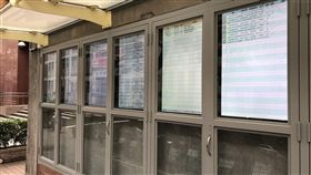為讓民眾即時了解拍賣資訊,台北地方法院4日起進一步推出設置在院外公告欄的6面電子看板2.0版,並在每筆拍賣不動產上附上QR-Code,方便民眾使用手機掃描,進一步查詢或記錄更詳盡的公告內容。中央社記者林長順攝 108年11月4日