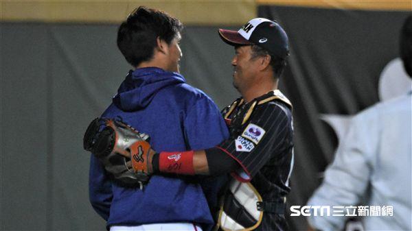 張奕和日本隊中的歐力士隊友相見歡。(圖/記者王怡翔攝影)