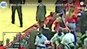 ▲NBA火箭球迷攻擊鵜鶘助理教練。(圖/翻攝自YouTube)