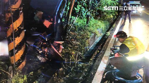 車頭撞電線桿凹陷 消防隊員出動破壞器材搶救